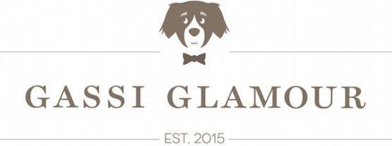 GASSI GLAMOUR – Individuell, handgefertigte Hundehalsbänder und Leinen. Edle Hundehalsbänder und Leinen aus hochwertigem Leder für den täglichen GASSI GLAMOUR – mit viel Liebe und nach Maß individuell handgefertigt. GASSI GLAMOUR – das sind edle, individuell handgefertigte Hundehalsbänder und Leinen aus echtem Leder für besondere Hunde. Denn genau wie Ihr Hund so sind auch die GASSI GLAMOUR Produkte einzigartige Unikate, die von uns in liebevoller Handarbeit nach Maß für Ihren Vierbeiner angefertigt und geflochten werden. Ob für kleine oder große Fellnasen, ob in XXS oder XXL – bei GASSI GLAMOUR können Sie sich das passende Halsband und die Leine ganz nach Ihrem Geschmack selbst zusammenstellen. Sie wählen die Farbe, das Material und den Verschluss für Ihr persönliches Einzelstück und wir fertigen es mit viel Liebe für Sie individuell an – damit dem täglichen GASSI GLAMOUR nichts mehr im Wege steht.